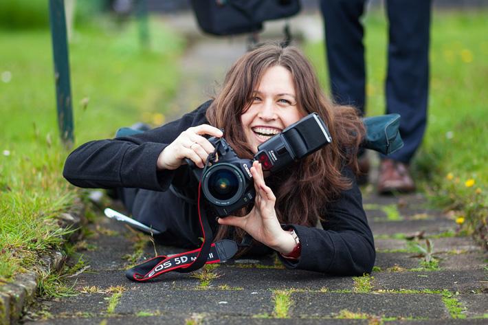 bruidsfotograaf op de grond