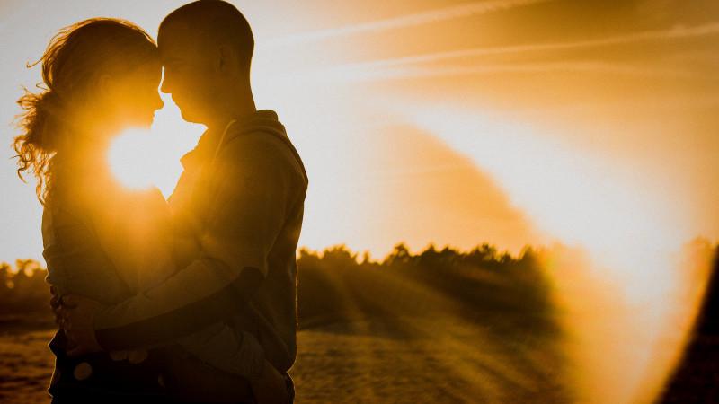 twee mensen die verliefd zijn in de zon.