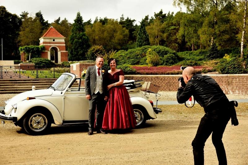 man die bruiloft foto's maakt bij een eend.