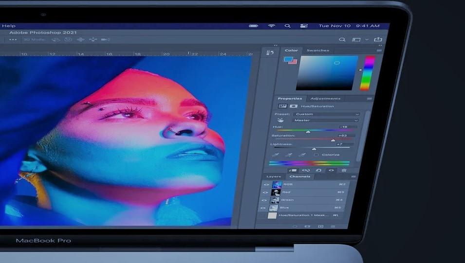 Het fotobewerkingsprogramma Adobe. Er wordt een foto bewerkt van een vrouw, met allerlei filters.